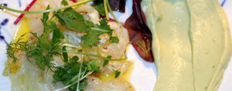 Rimmet torsk med avocadocreme, festlig forret til nytår eller weekend. Find opskrifter og inspiration til årets gang på danishthings.com (Recipe in Danish)
