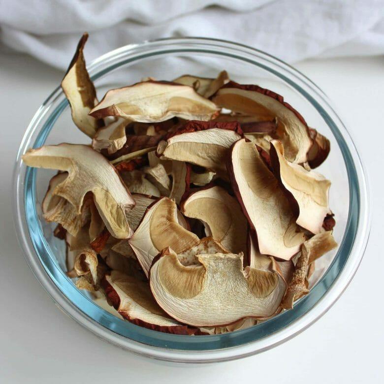 Sådan laver du tørrede svampe og svampepulver. Efterår er svampetid – det er nu du skal tørre dine svampe og gemme dem til senere. Brug dem hele, eller lav et svampepulver, som tilfører masser af umami til dine (vegetar)retter. Find opskrifter og inspiration til årets gang på danishthings.com #DanishThings #brunstokketrørhat #Indigorørhat #kantarel #KarlJohan #svampe #svampepulver #tørrede #umami #svampe #efterår #spisefteråret